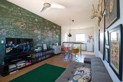 elemento-central-e-interativo-que-conecta-as-salas-de-estar-e-jantar-a-parede-pintada-com-tinta-lousa-traz-registros-divertidos-e-coloridos-dos-convidados-do-morador-do-apartamento-1415360206767_747x5
