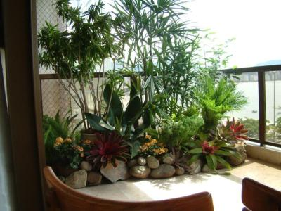 varanda-com-pouco-espaço-vasos-formando-jardim