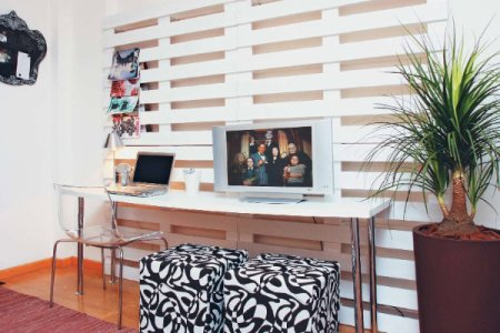 painel-sala-ou-home-office-feito-de-pallet-e-serve-como-porta-revista