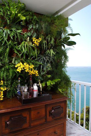 decoracao-varanda-com-muro-verde-e-aparador-de-madeira-marlongama-147166-proportional-height_cover_medium