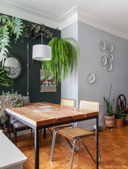 10-decoracao-sala-de-jantar-paredes-cinza-plantas-samambaia