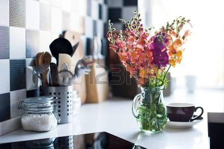 41181877-현대-부엌-근접-홈-인테리어의-용기에-신선한-여름-꽃의-무리