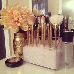 4d2b0c1c8e18cadd59affcd19bd4dc29--makeup-brush-storage-makeup-brush-holders